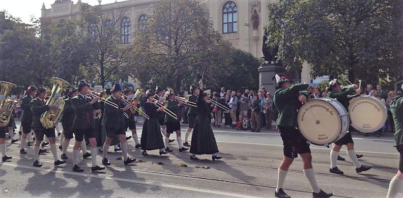 Zum 50. Mal: Trachten- und Schützenzug Oktoberfest 2013
